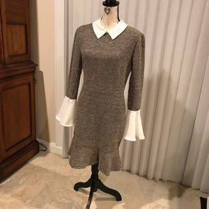 Dress with bell-shaped sleeves.